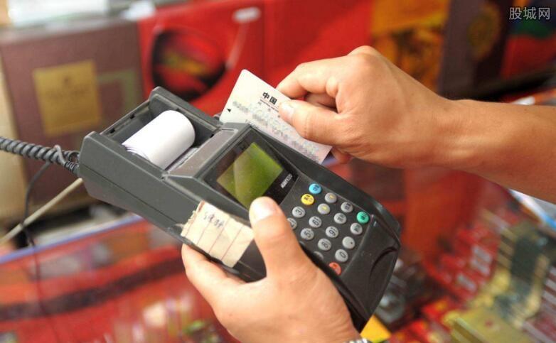 刚办的信用卡怎么用