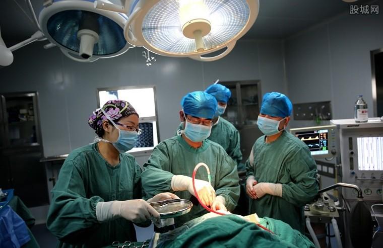 医护人员手术救治中
