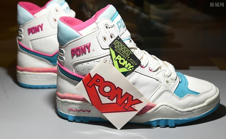 小伙盘球鞋月入10万 倒鞋行业已成产业链条